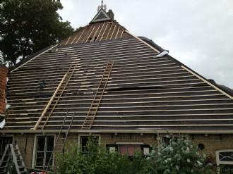 Boerderij dak gerenoveerd met dampdoorlatende folie onder de nieuwe dakpannen