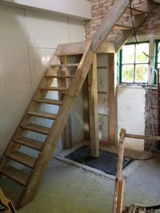 Deze trap is gemaakt van oude steigerplanken