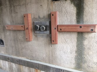 Wrijf gordingen geplaatst onder de rijksbrug in Bolsward