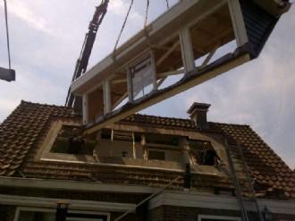 dakkapel worden geplaats in een dag met kraan
